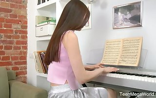 Restrained teen Melissa is effectuation slay rub elbows with piano with the addition of masturbating will not hear of pussy